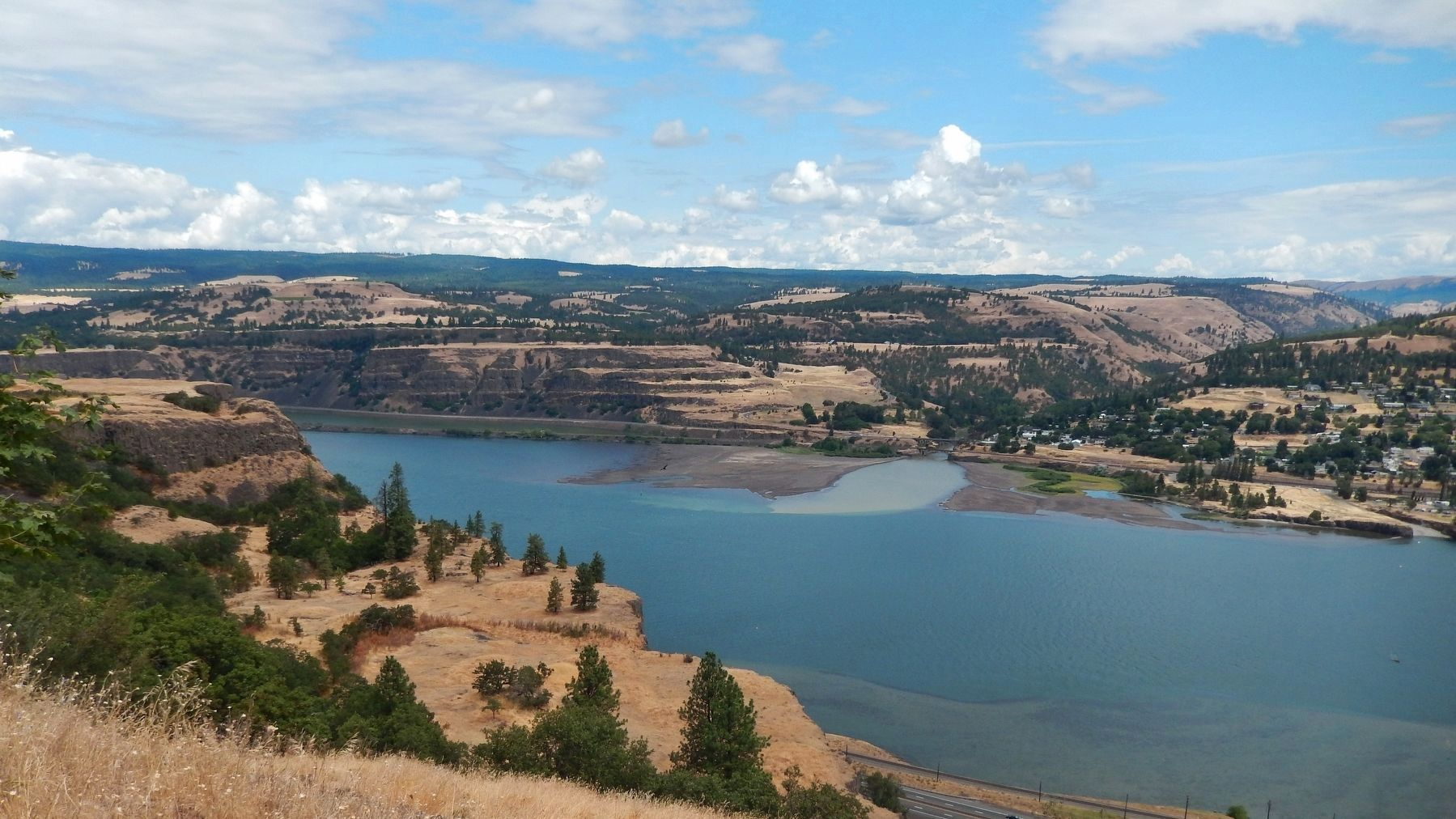 Columbia River Gorge (<i>view northwest from marker</i>) image. Click for full size.