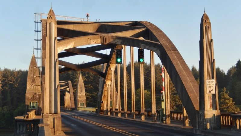 Siuslaw River Bridge (<i>arch detail</i>) image. Click for full size.
