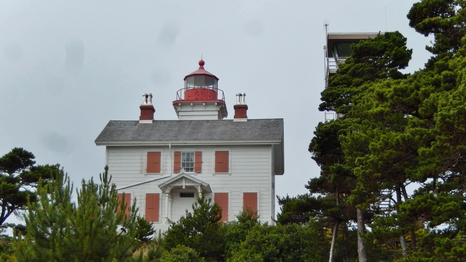 Yaquina Bay Lighthouse (<i>view from near marker</i>) image. Click for full size.
