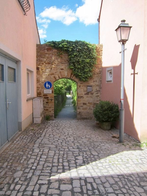 "Kirchgasse Stadtmauerdurchbruch / ""Church Alley"" Town Wall Opening and Marker - Wide View image. Click for full size."