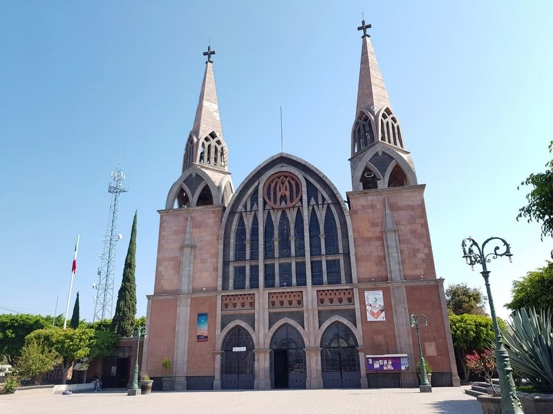The nearby church of the Parish of Santa María de Guadalupe of Pedro Escobedo image. Click for full size.