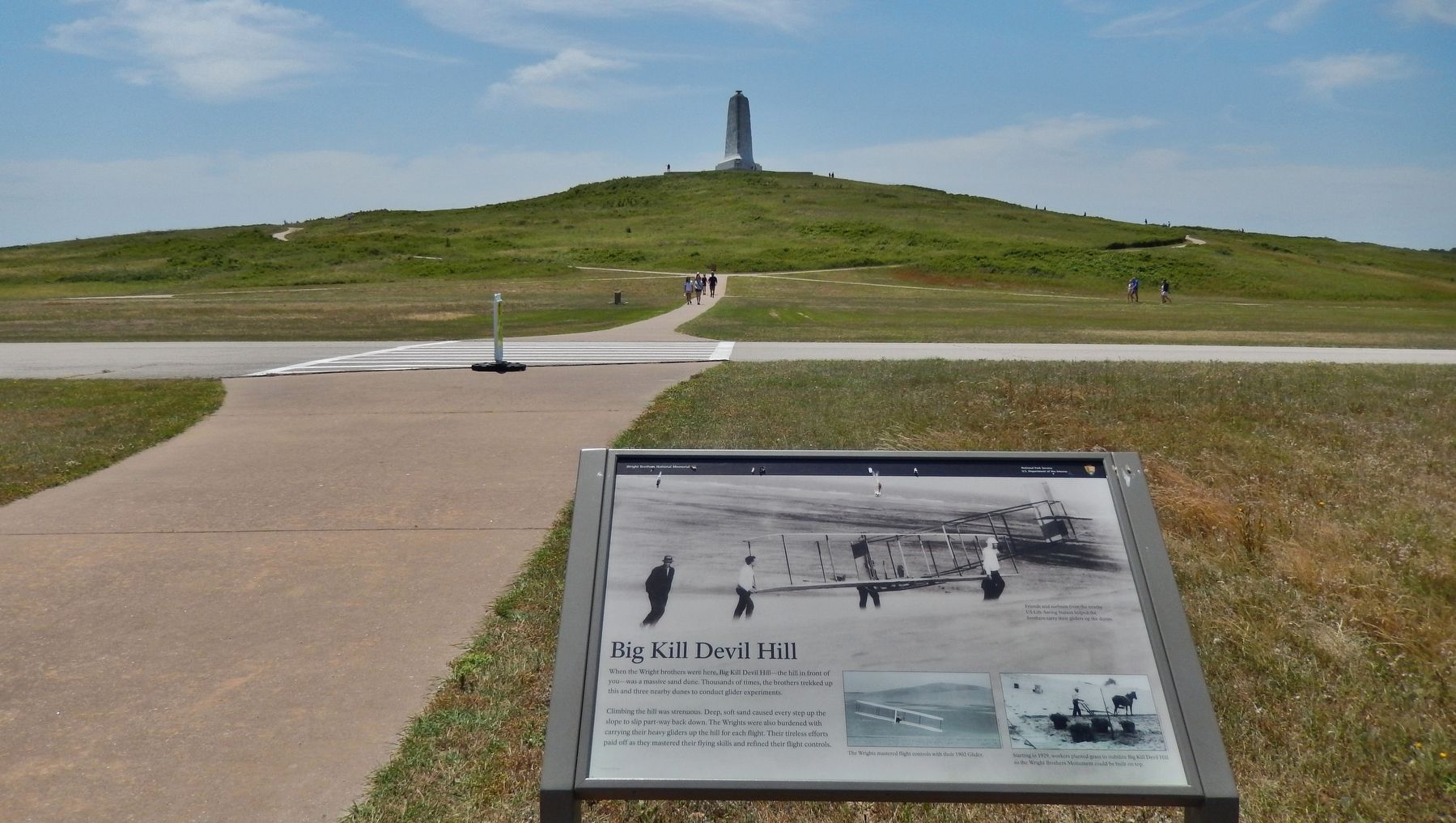 Big Kill Devil Hill Marker (<i>wide view; hill in backround beyond marker</i>) image. Click for full size.
