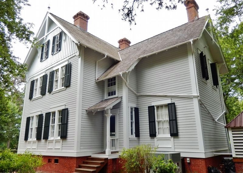 Restored Keeper's House (built 1870's) image. Click for full size.