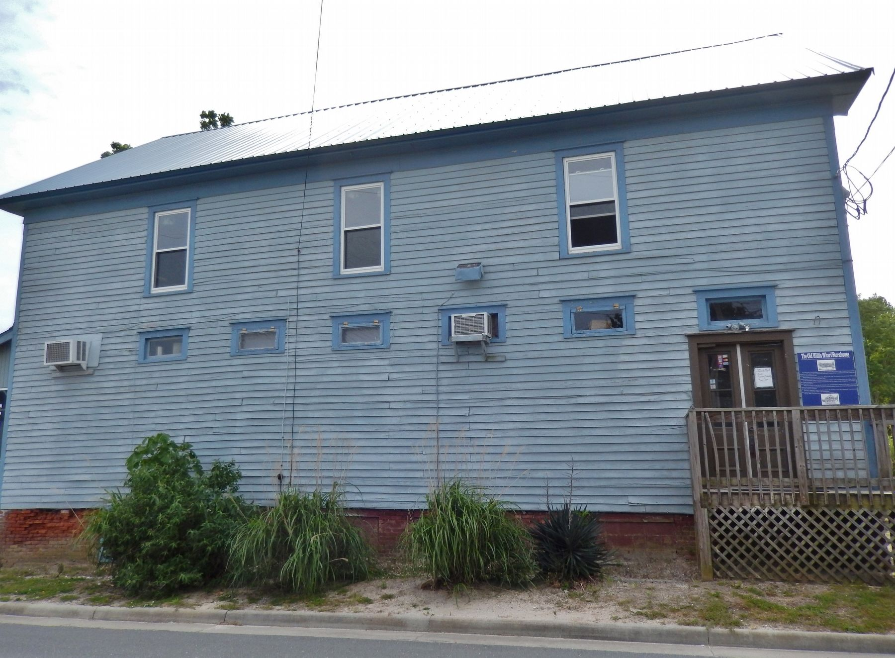 The Old Willis Wharf Storehouse (<i>side view; marker visible right of door</i>) image. Click for full size.