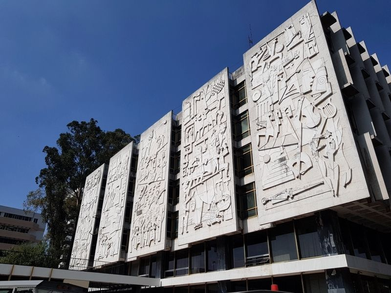 The Roberto González Goyri murals near the Bank of Guatemala image. Click for full size.