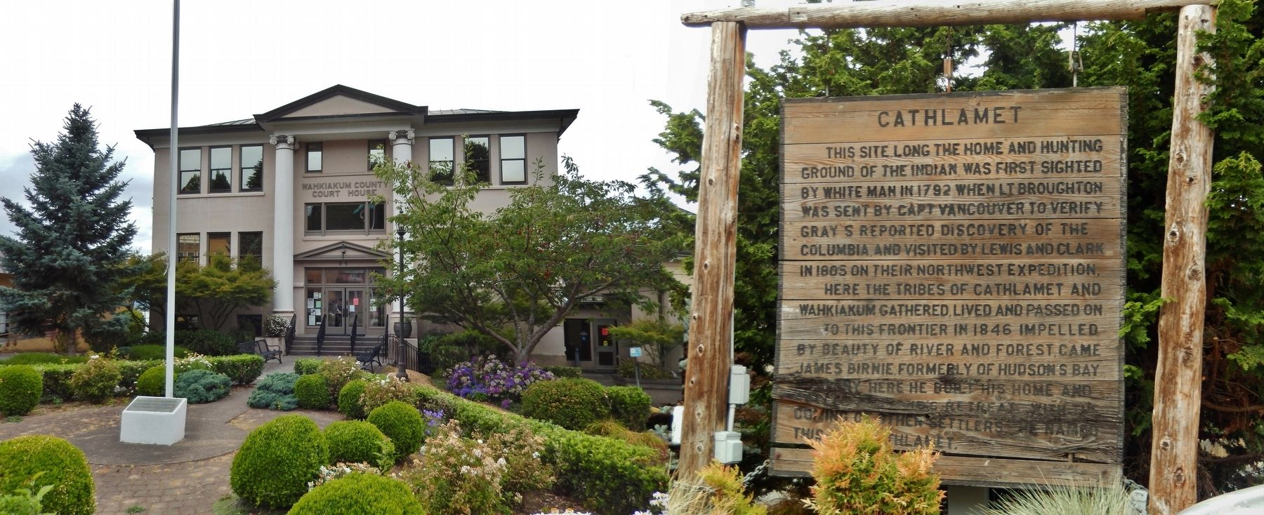 Cathlamet Marker (<i>wide view; Wahkiakum County Courthouse in background</i>) image. Click for full size.