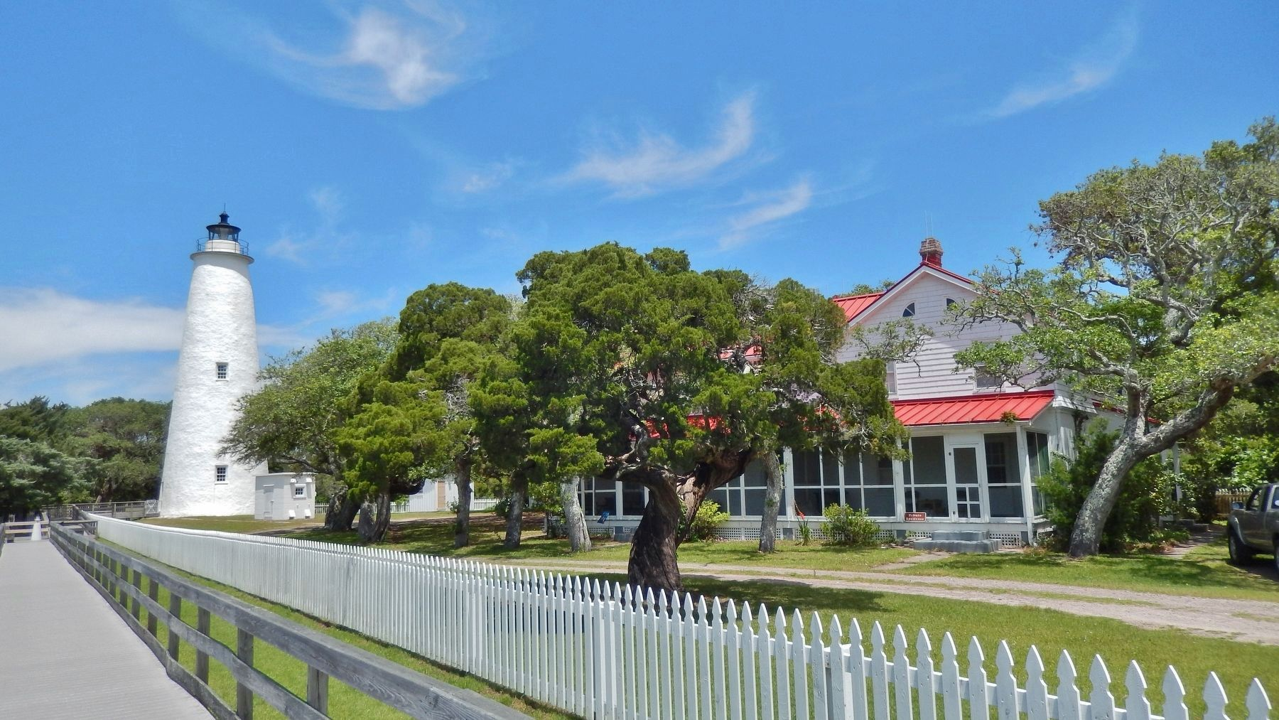 Ocracoke Lighthouse & Keeper's House image. Click for full size.