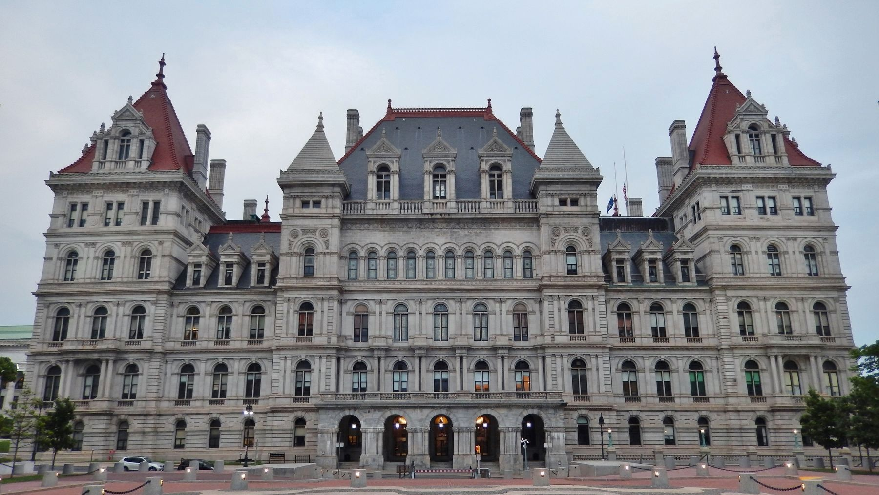 New York State Capitol (<i>southwest side view emphasizes missing tower</i>) image. Click for full size.