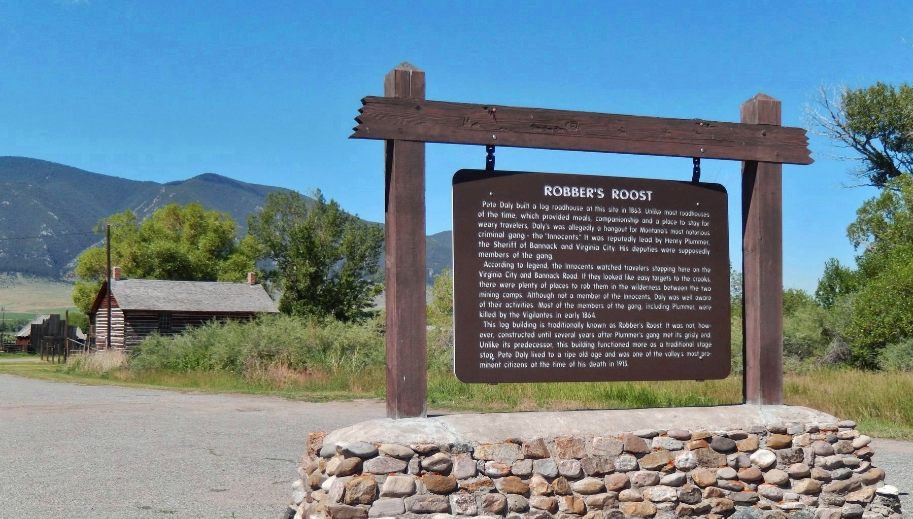 Robber&#39;s Roost Marker (<i>wide view</i>) image. Click for full size.