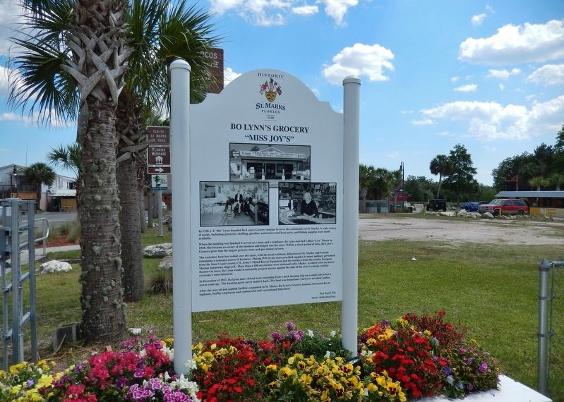 Bo Lynn&#39;s Grocery Marker (<i>wide view; looking south</i>) image. Click for full size.