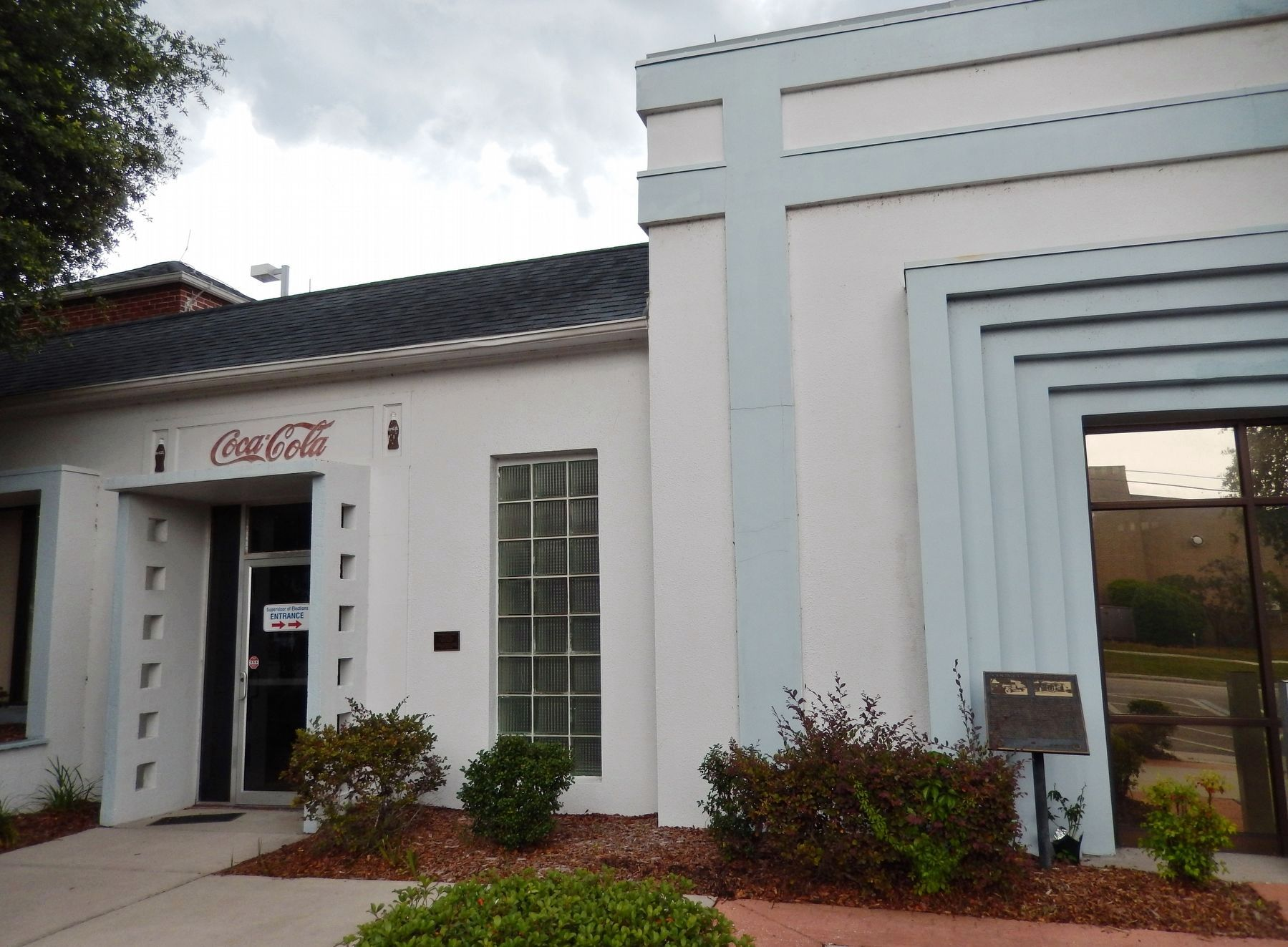 Coca-Cola Building (<i>middle view; marker visible at right</i>) image. Click for full size.