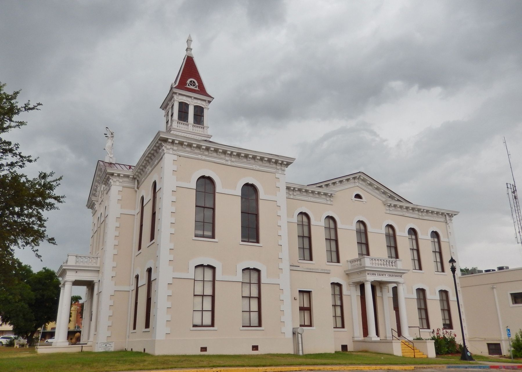 Wilson County Courthouse (<i>south side view</i>) image. Click for full size.