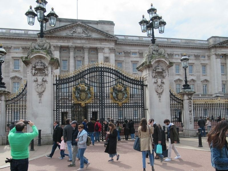 The Gates to Buckingham Palace image. Click for full size.