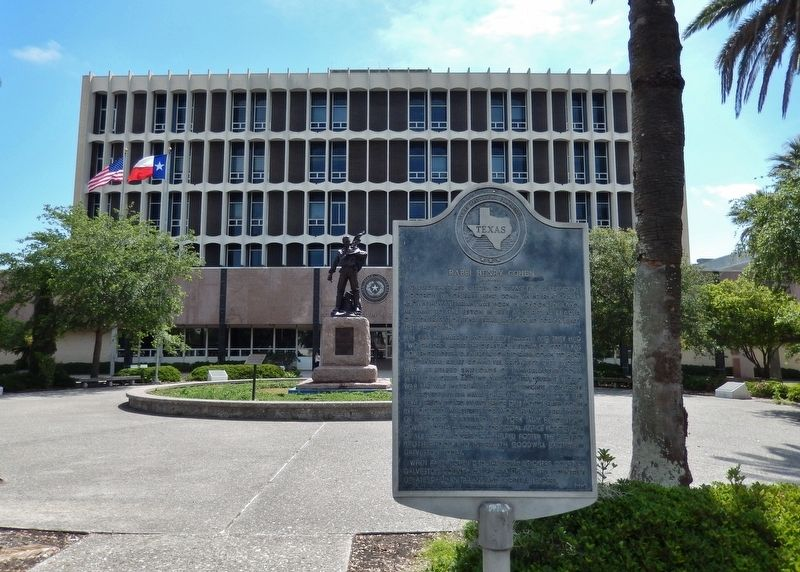 Rabbi Henry Cohen Marker (<i>wide view; Galveston County Courthouse in background</i>) image. Click for full size.