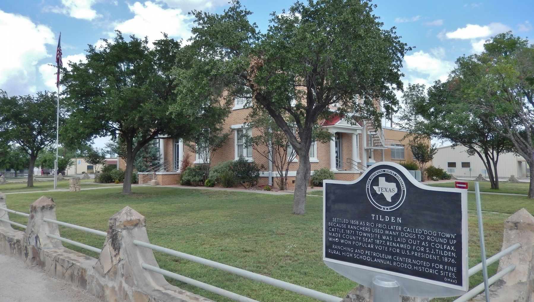 Tilden Marker (<i>wide view; McMullen County courthouse in background</i>) image. Click for full size.