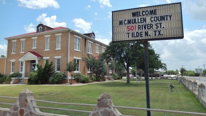 McMullen County Courthouse (<i>front view; marker visible, edge-on, in background at far right</i>) image. Click for full size.
