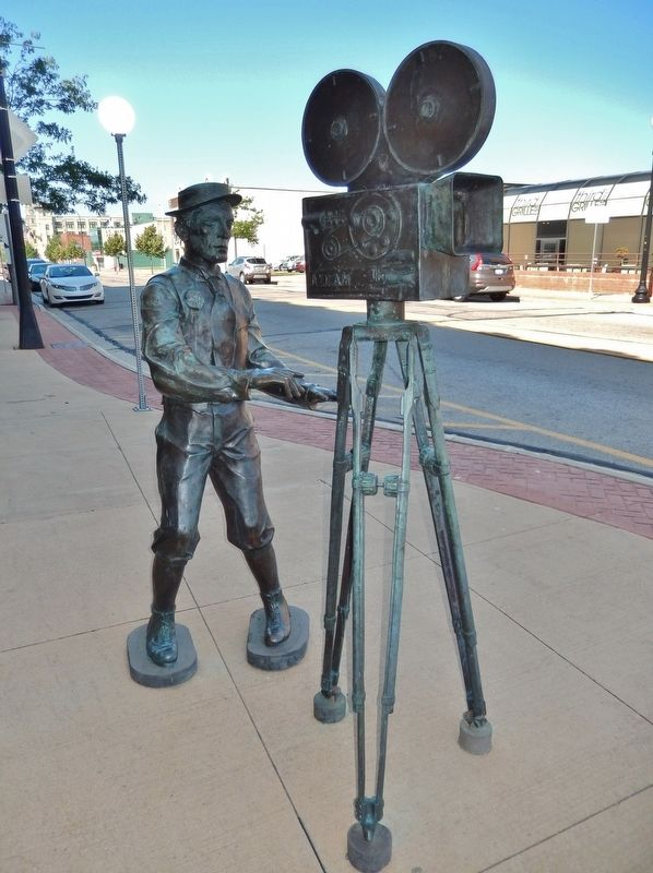 Buster Keaton Sculpture (<i>tall view; West Western Avenue in background</i>) image. Click for full size.