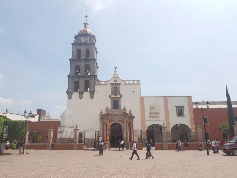 The nearby San Francisco de Asís Catholic Church of Comonfort image. Click for full size.