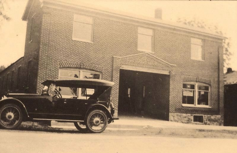 Marker detail: Lincoln Highway Garage in 1921 image. Click for full size.