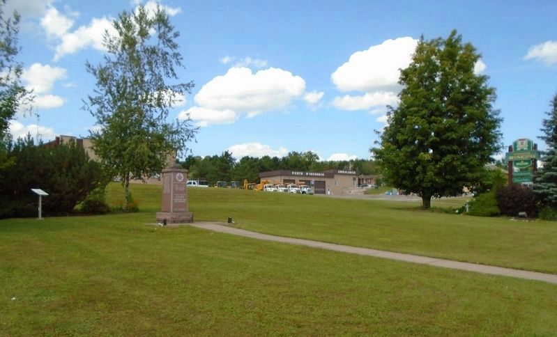 <i>Weedon Se Souvient!</i> Marker to left of War Memorial image. Click for full size.