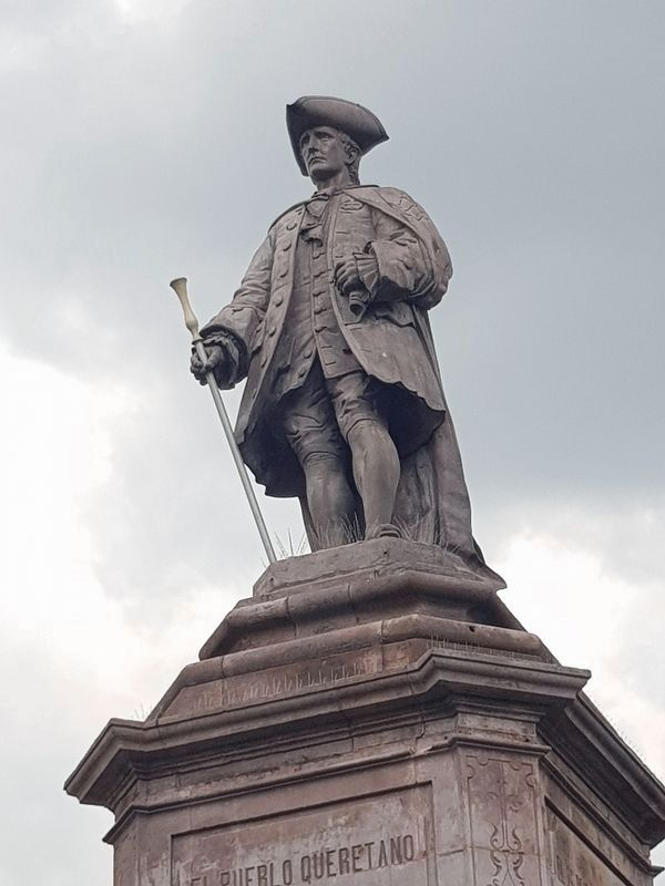 Juan Antonio de Urrutia y Arana statue atop the monument image. Click for full size.