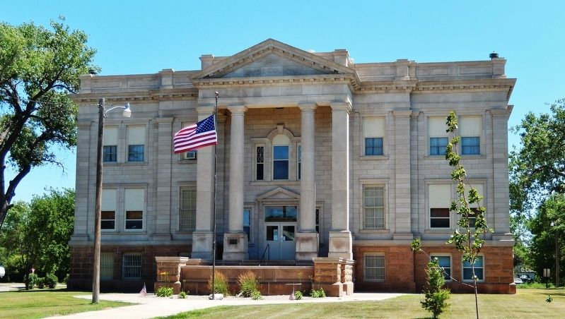 Hyde County Courthouse South Dakota (<i>wide view from Commercial Avenue</i>) image. Click for full size.