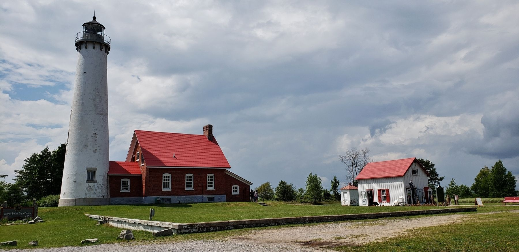 Tawas Lighthouse (<i>wide view</i>) image. Click for full size.