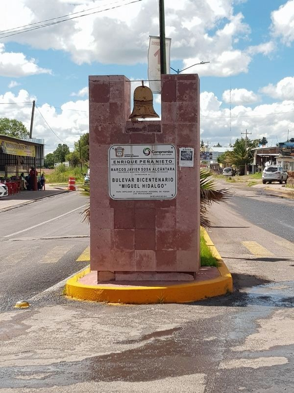 "A nearby sign indicating the naming of the Bicentennial Boulevard ""Miguel Hidalgo"" image. Click for full size."