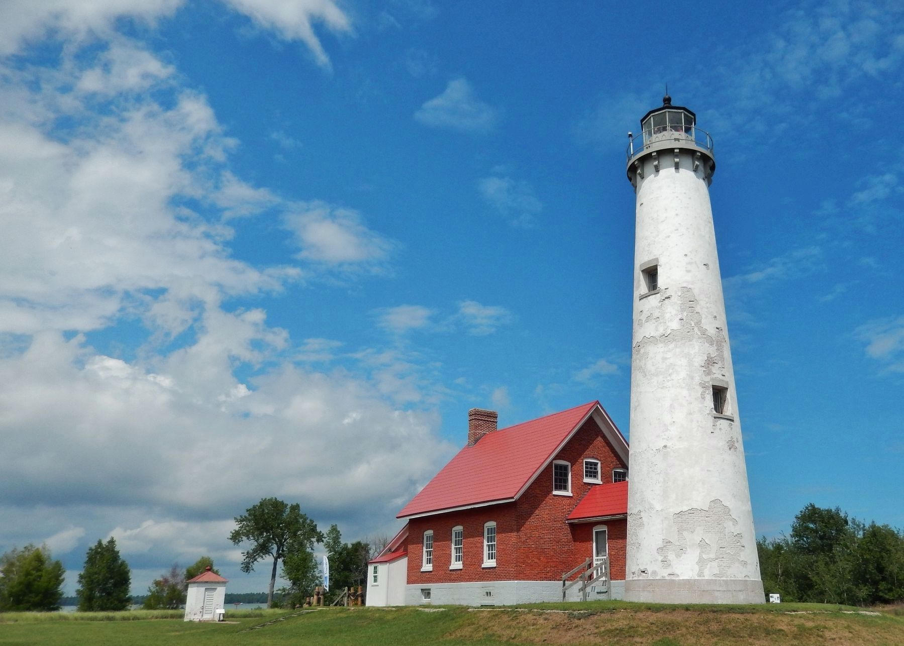 Tawas Point Lighthouse (<i>wide view; Oil House on left side</i>) image. Click for full size.
