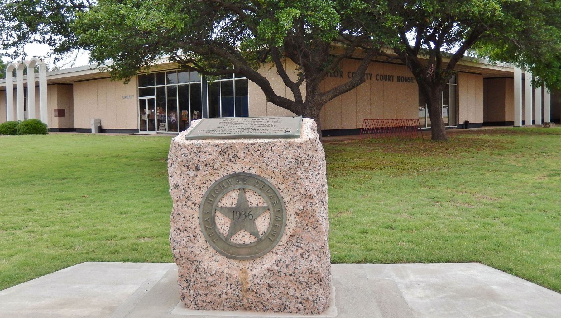 Baylor County Marker (<i>wide view; Baylor County Courthouse in background</i>) image. Click for full size.