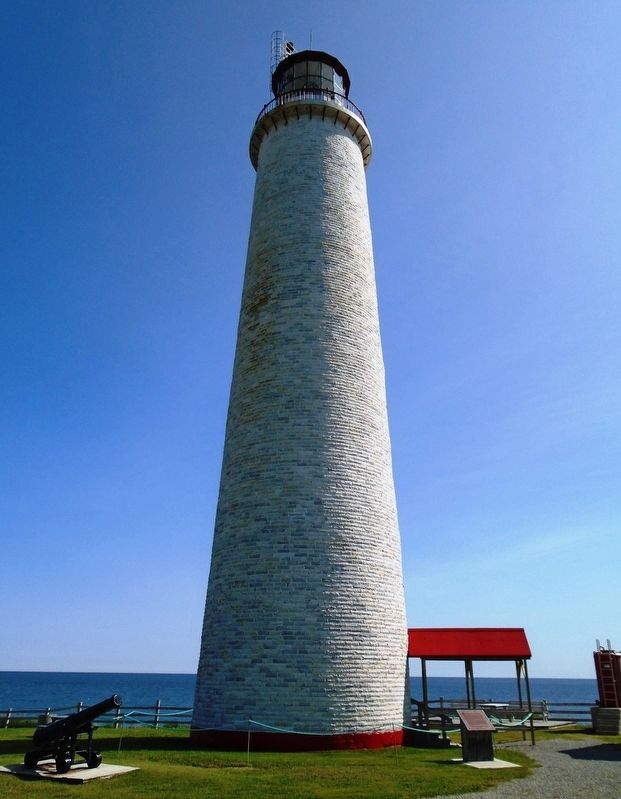Le phare de Cap des Rosiers Lighthouse et/and Marker image. Click for full size.