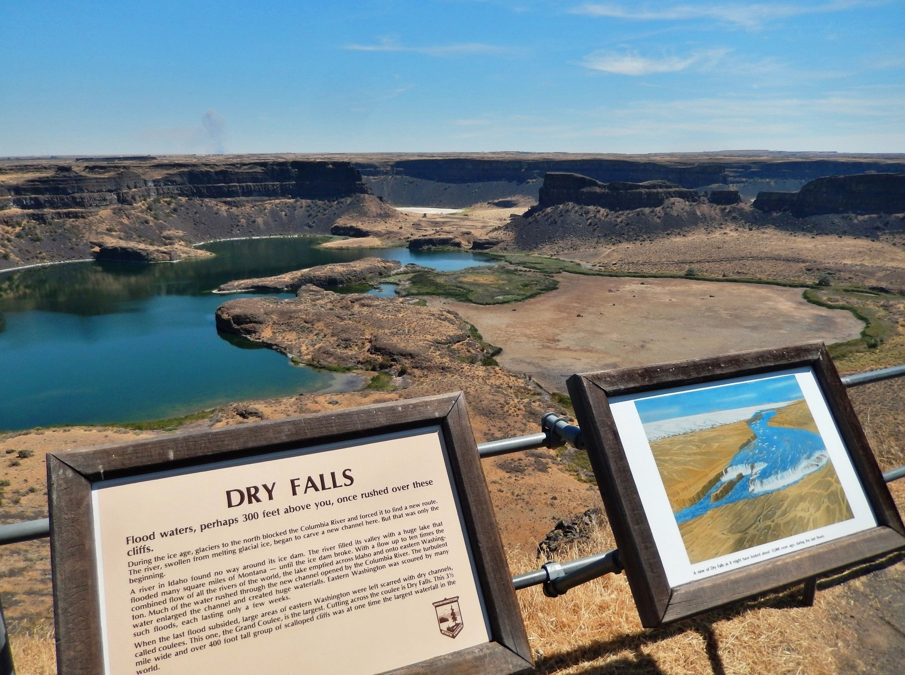 Dry Falls Marker (<i>wide view; Dry Falls Lake in the background</i>) image. Click for full size.