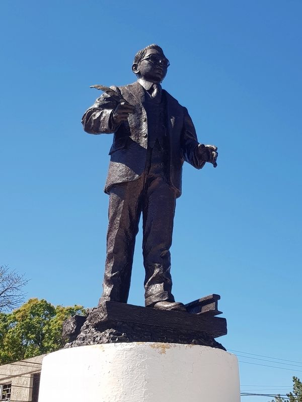 Héctor Victoria Aguilar statue image. Click for full size.
