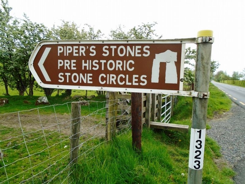 Clocha an Phiobaíre / Piper's Stones Sign along N81 image. Click for full size.