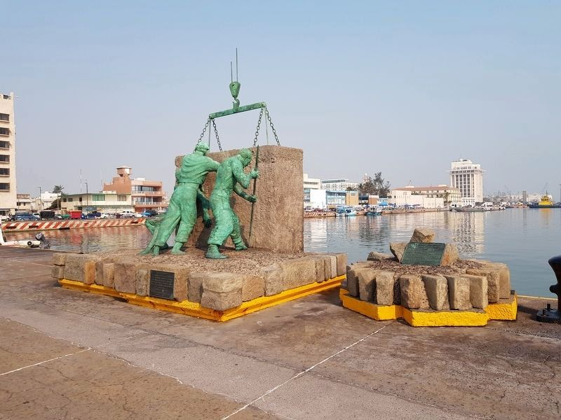 "Inauguration of the Port of Veracruz, 1902 Marker and ""El Esfuerzo"" sculpture image. Click for full size."