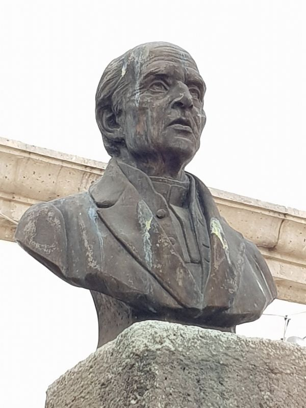 "A nearby bust of Hidalgo, on a column inscribed with ""1983"" image. Click for full size."
