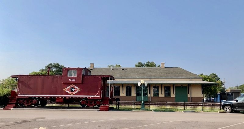 Marker near Mineola Train Depot and old caboose. image. Click for full size.