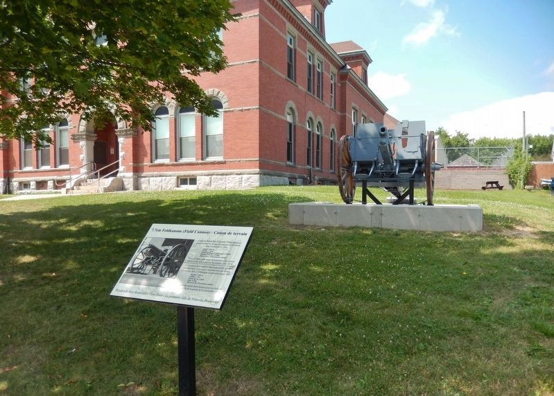 7.7cm Feldkanone (Field Cannon) Marker<br>(<i>wide view • Carleton County Courthouse background</i>) image. Click for full size.