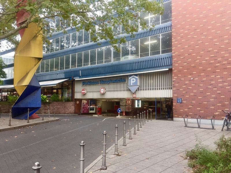 Parkhaus Hauptwache / Hauptwache Parking Garage and Marker - wide view image. Click for full size.