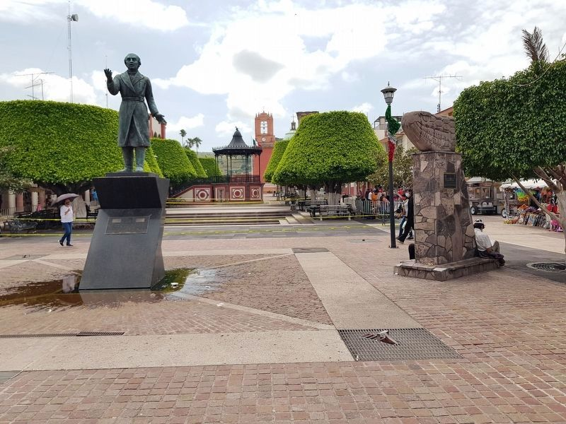 An additional Hidalgo statue and Independence Eagle monument image. Click for full size.