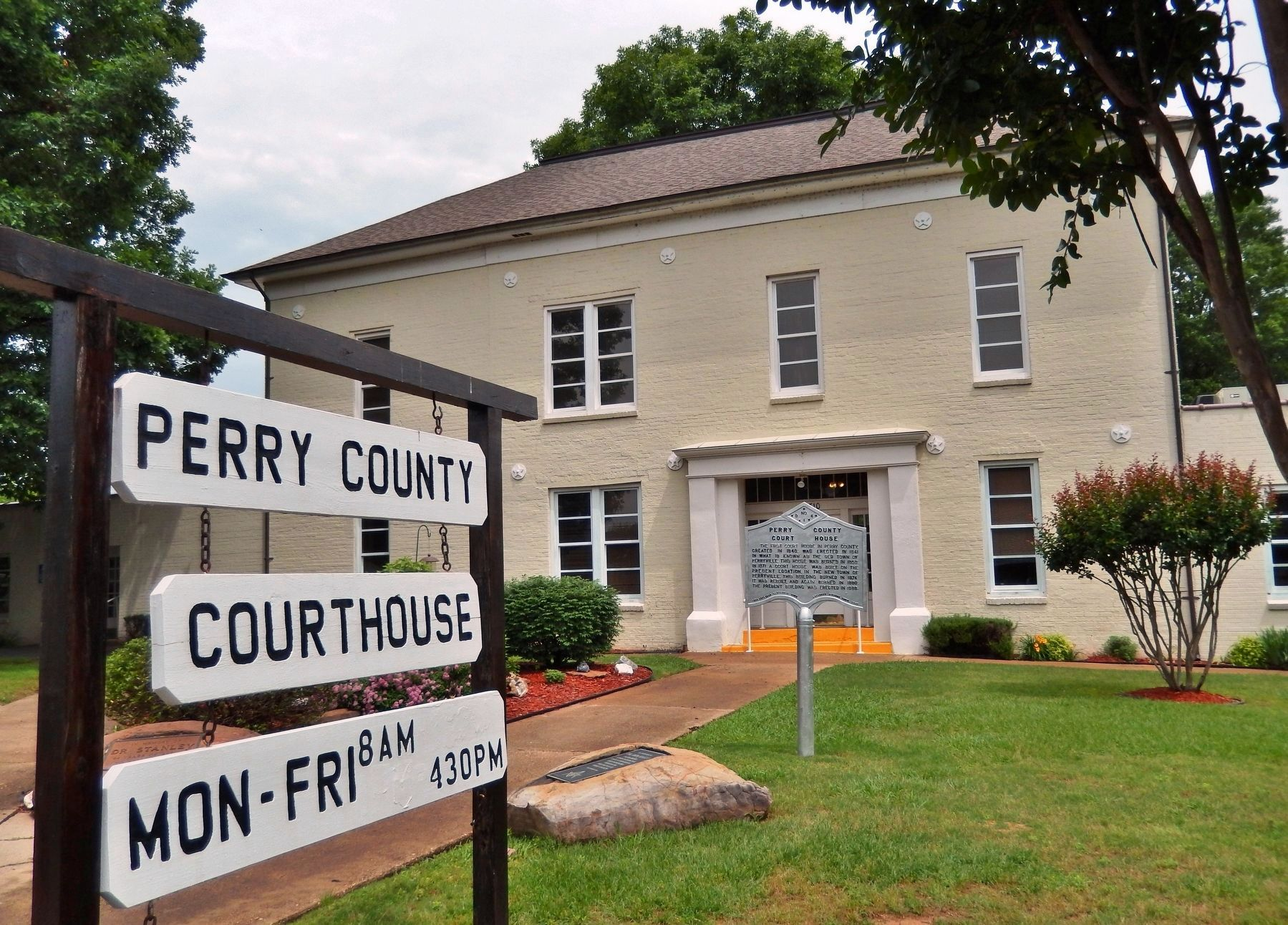 Perry County Court House image. Click for full size.