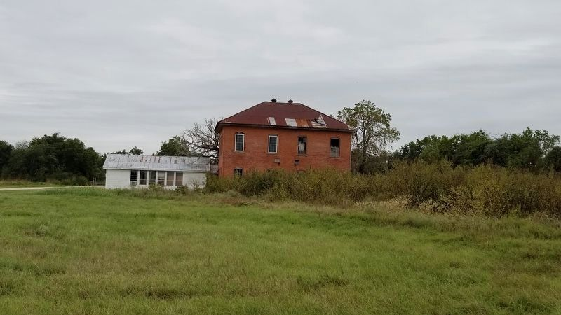 An old school house near the area of the marker image. Click for full size.